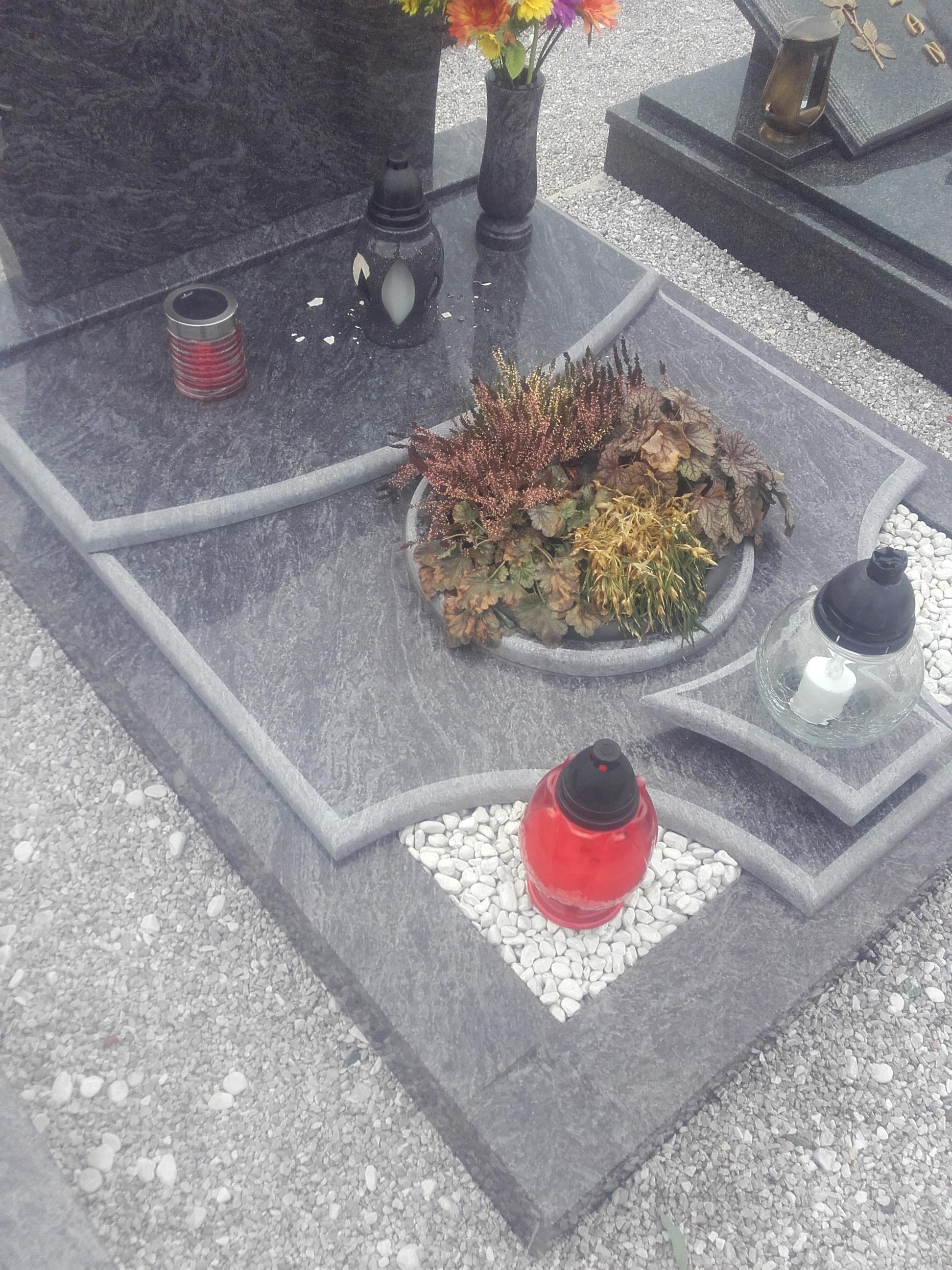 Enojni nagrobnik 12