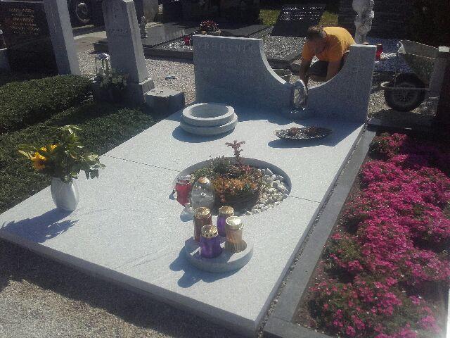 Družinski nagrobnik 11