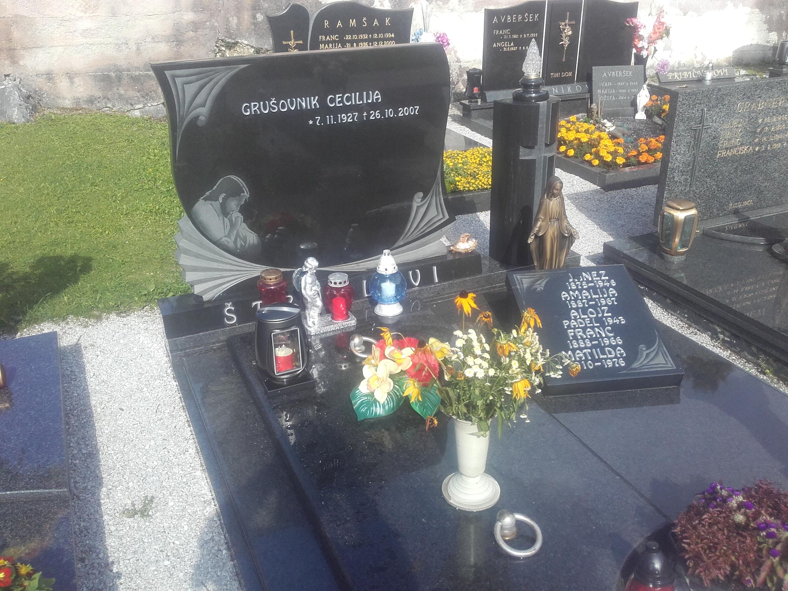 Družinski nagrobnik 12