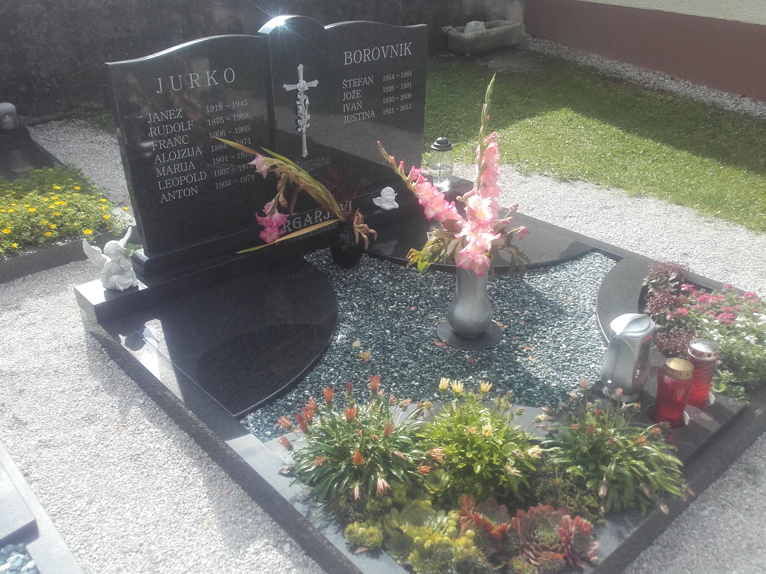 Družinski nagrobnik 13