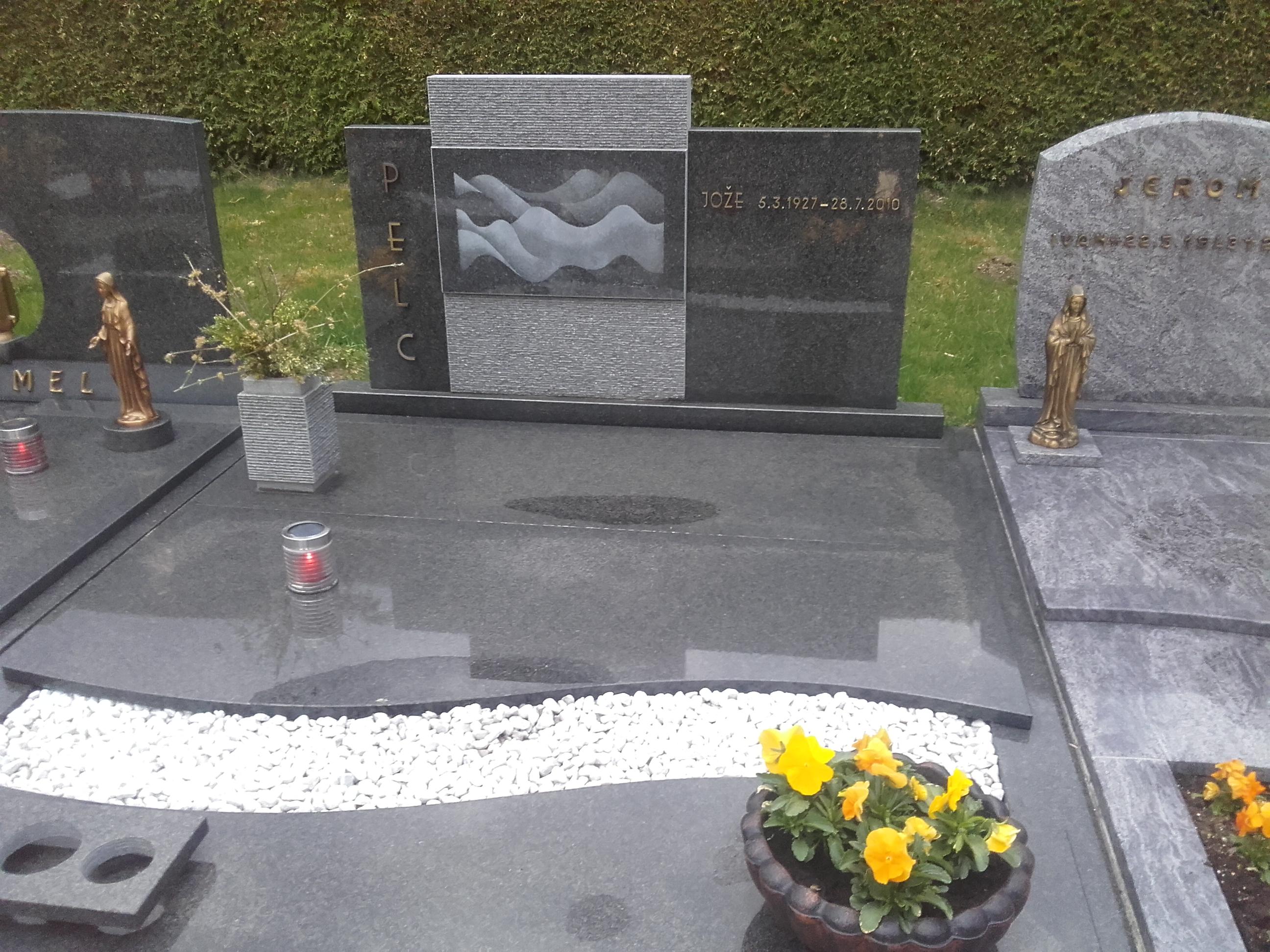 Družinski nagrobnik 14