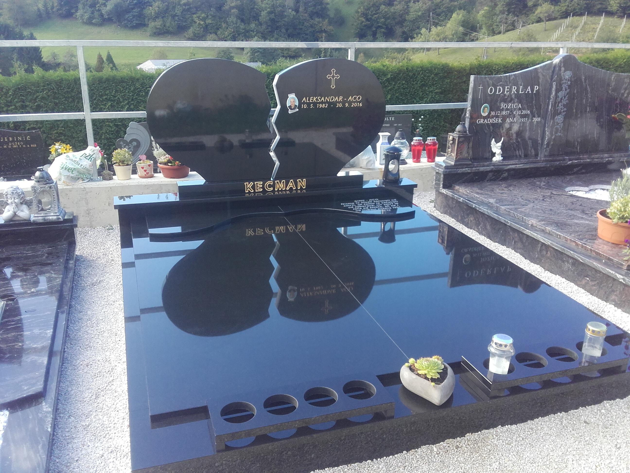 Družinski nagrobnik 15