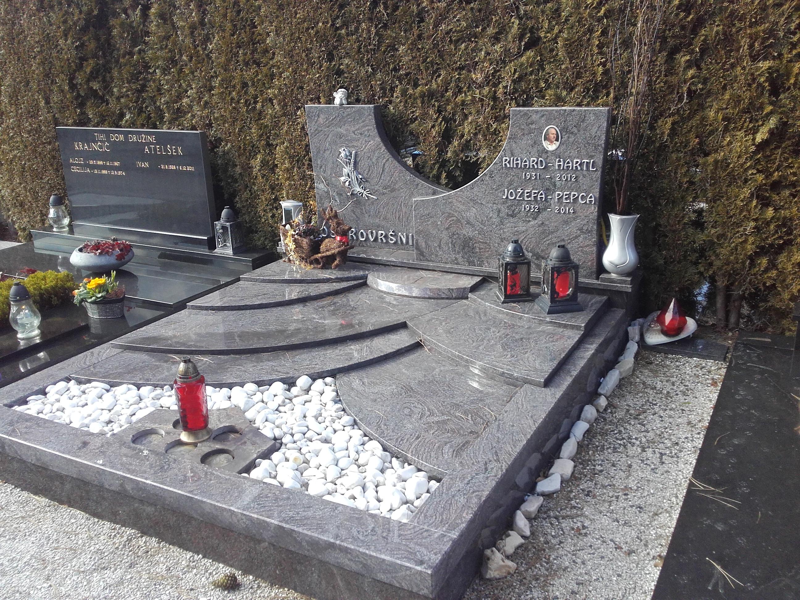 Družinski nagrobnik 7