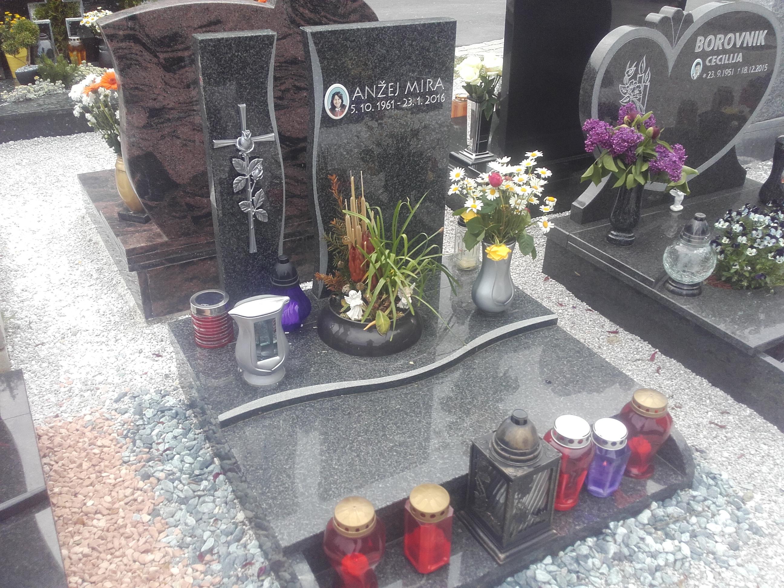 Žarni nagrobnik 14